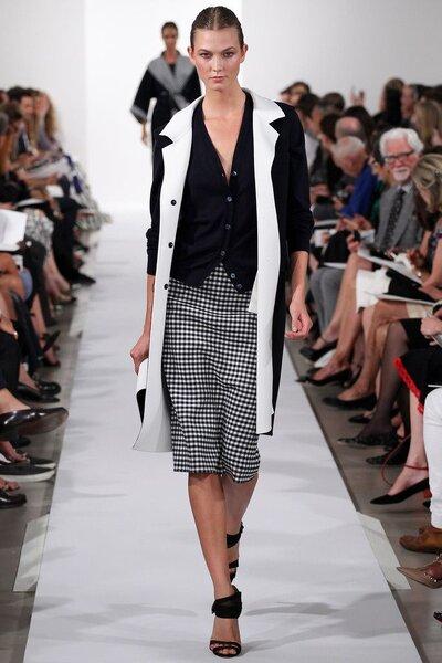 Conjunto branco e preto de saia e jaqueta.