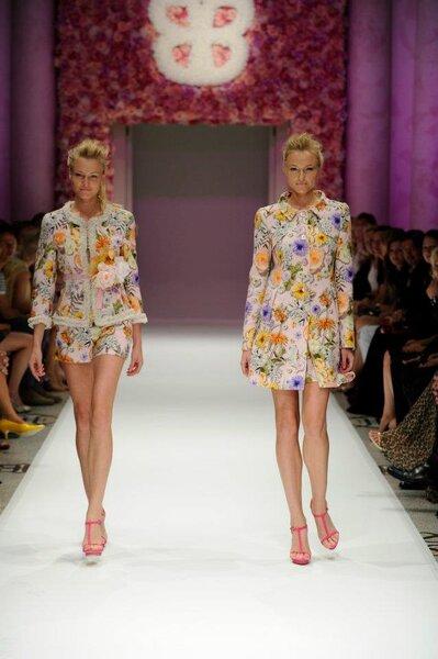 Conjunto para fiesta con estampados florales en tonos brillantes, shorts y sacos estructurados
