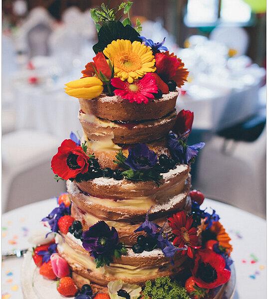 Y para endulzar el día, nada más delicioso que un pastel desnudo con detalles de colores