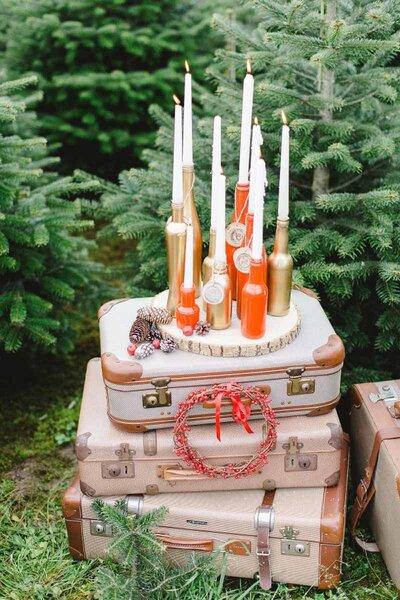 Decoración de boda con maletas y velas.