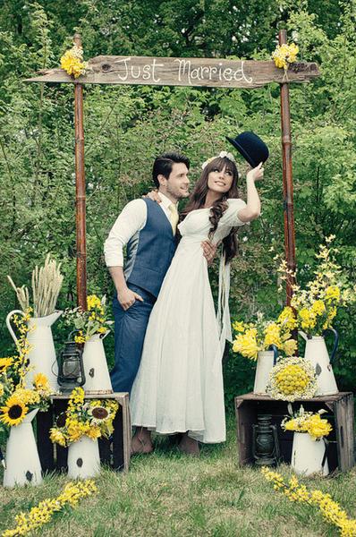 Gelbe Hochzeitsdeko für Ihre Hochzeit im Freien. Foto: Dottie ...