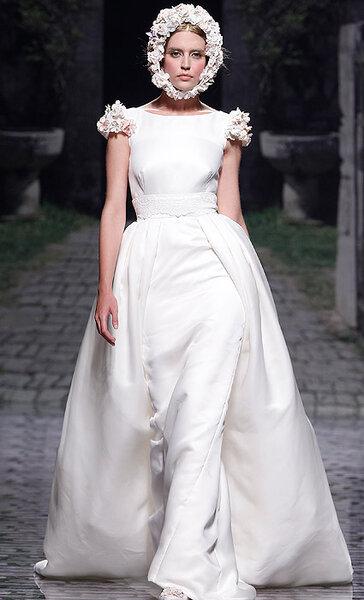 Abito accollato con doppia gonna e spalline con decorazioni floreali. Victorio & Lucchino Collezione 2013 Foto Barcelona Bridal Week