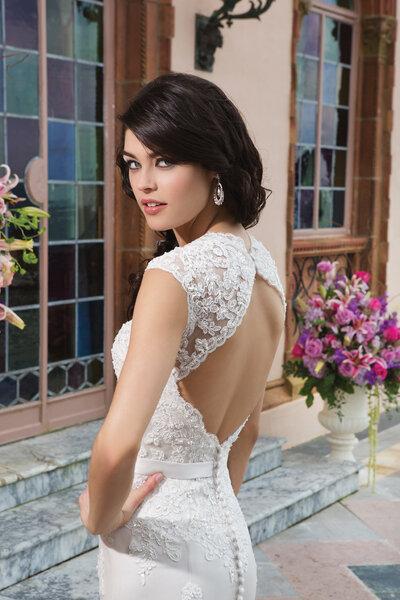 Suknia ślubna z wycięciem na plecach, Foto: Sincerity Bridal 2015