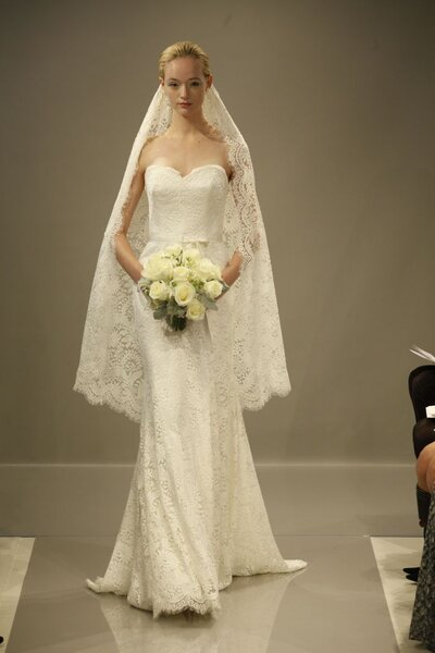 Suknia ślubna z kolekcji New Theia na 2013 rok