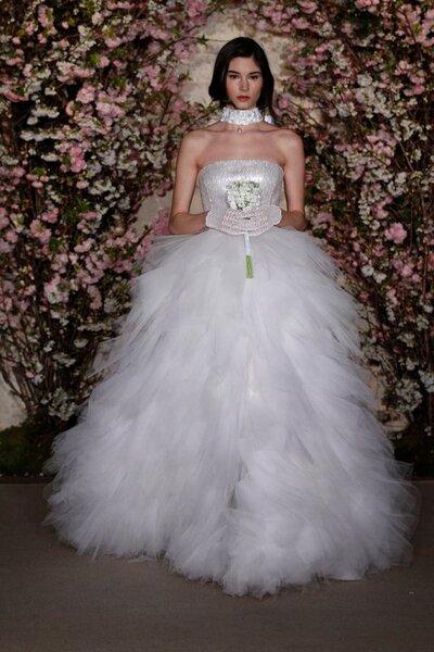 Vestido de noiva com corte princesa com decote cai-cai e saia de tule.