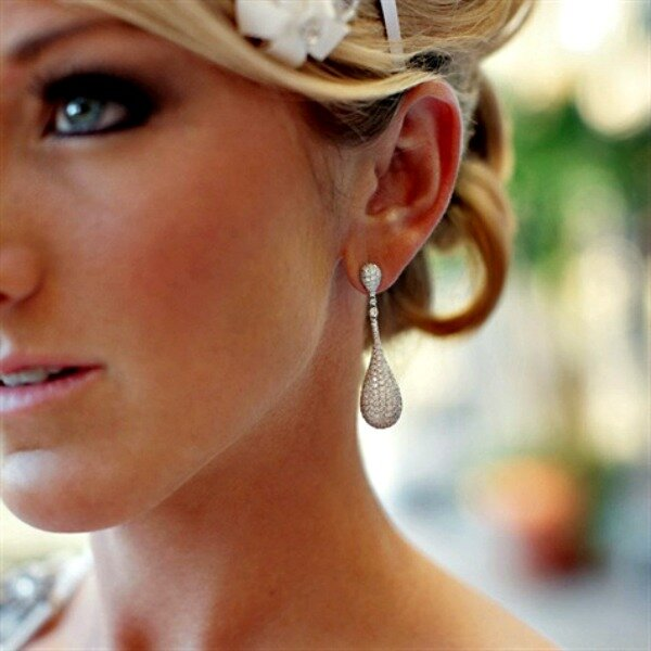 Tropfenförmige Ohrringe für die Braut, Foto: Ashley Brockinton Photography