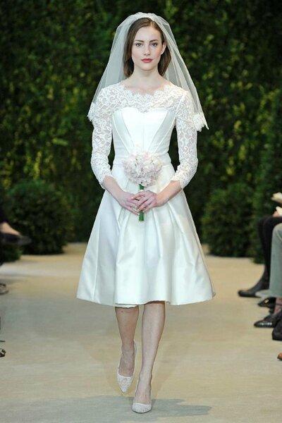 Braut mit 50er Jahre inspiriertem Kleid mit Spitze und Rundhals ...