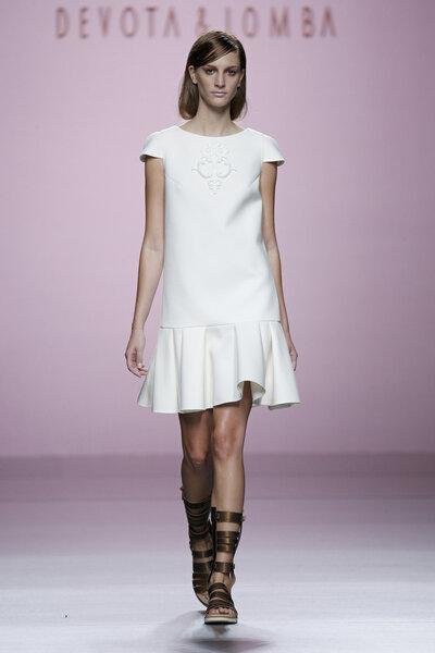 Biała sukienka na krótki rękawek, Foto: Devota&Lomba Primavera/Verano 2015