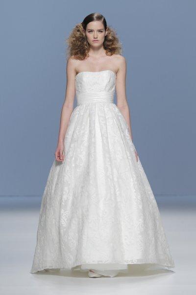 Weißes, trägerloses Brautkleid in A-Linie