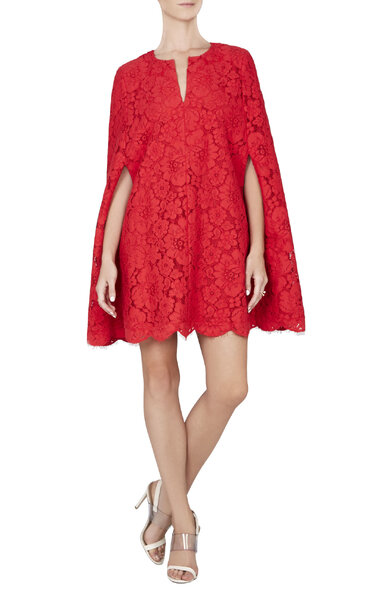 Robe courte rouge en dentelle avec cape. Modèle BRYNNA.