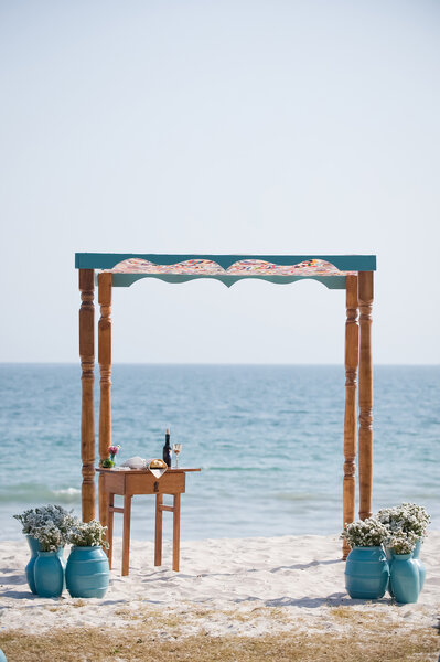 Miejsce ceremonii ślubnej na plaży, Foto: KLK Photography