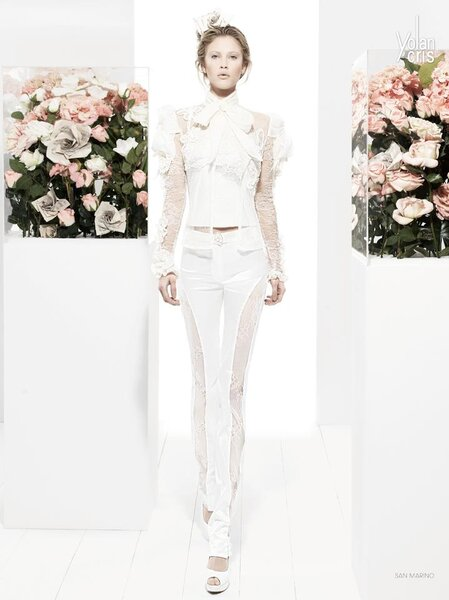 Conjunto para novia de blusa con mangas voluminosas y transparencias y pantalones con detalles al costado estilo skinny jeans