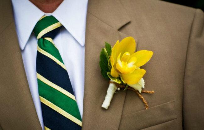 Une cravate rayée en parfait accord avec la boutonnière. Photo: Holland Photo Arts