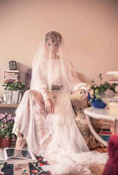 Lange Kleider und XL-Brautschleier aus Spitze