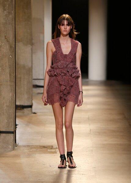 Une jolie tenue pour une jolie invitée. Collection été 2015 Isabel Marant - Haut Moody, jupe Meg, Chaussures Jayson, Ceinture Miller
