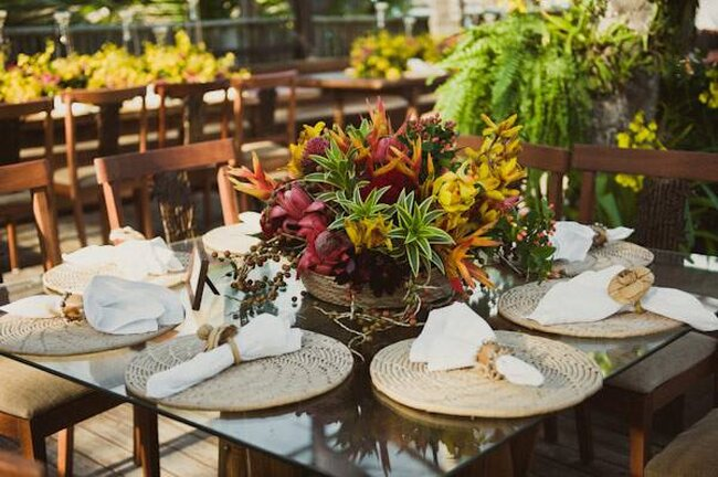 Decoração de mesa com sousplat de palha da Lótus Eventos