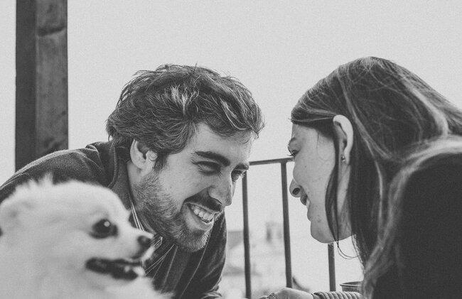 Casal com animal de estimação