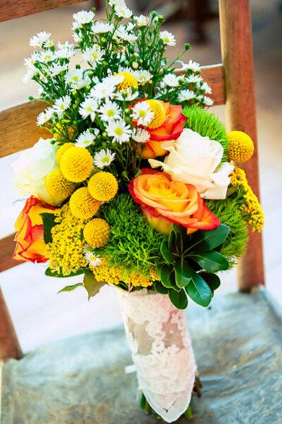 Buquê de noiva com margaridas, rosas e mimosas cor laranja e limão. Foto: Once Like a Spark