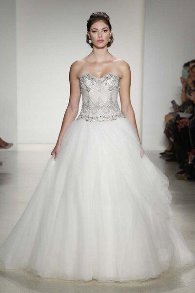 Vestido de novia corte princesa con falda amplia y corpiño con cientos de detalles de pedrería
