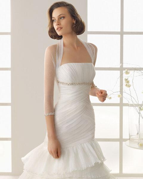 Chaqueta de tul para novia adornada con apliqués de pedrería en las mangas