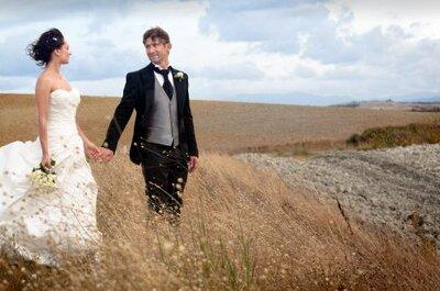 Boda romántica al aire libre en el campo toscano