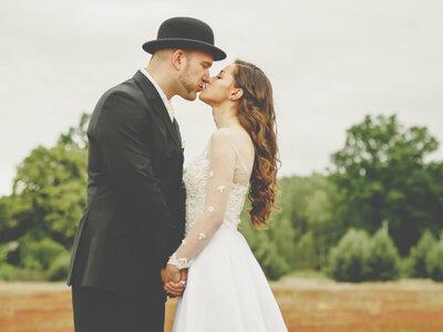 Sesja ślubna w stylu whimsical, czyli tatuaże w połączeniu z pudrowym różem. Boska!
