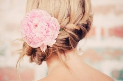 Kwiaty we włosach - 24 romantyczne upięcia ślubne