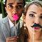 Juega con elementos decorativos simpáticos para tener una mejor fotografía artística de tu boda