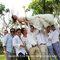 Fotografía de la novia con los padrinos de boda