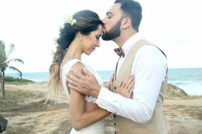 Casamento na praia de Izadora e Gabriel: tons de rosa, fúcsia e azul com vistas para o mar!