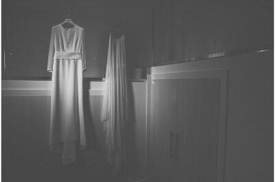 Yolanda y Jorge: una elegante boda en blanco y negro en unas bodegas alicantinas