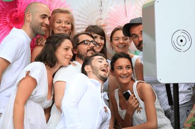 Fous rires et souvenirs instantanés de votre mariage avec la cabine photo Flashmat