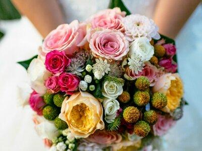 Wie trage ich den Brautstrauss? Wie werfe ich das Brautbouquet? Tipps von Your Perfect Day