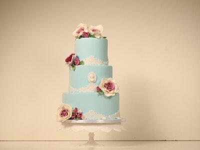 Wedding Cake Tutorials: Decorating with fresh flowers