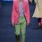 Conjunto formado con pantalón verde, chaqueta fucsia y camisa azul.