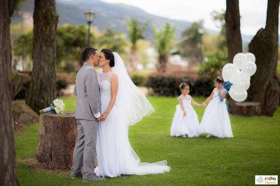 Viviana y Armando: el amor eterno en una boda celeste