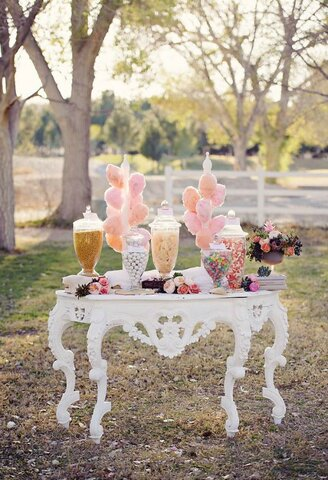 Spoil your wedding guests with a delicious candy bar!