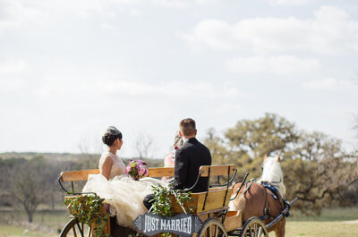Autos vintage, autobuses, bicis: Las ideas más cute para innovar en el transporte de tu boda