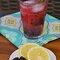 Limonada con ginebra, moras y romero.