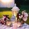 Candiles con velas para decorar mesas de bodas.