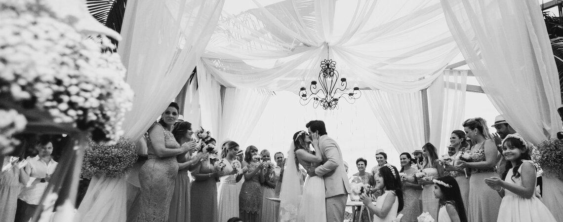Casamento de Danielle e Ricardo: festa linda à beira mar com direito a noiva voando!