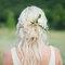 Kwiaty we włosach panny młodej.