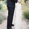 Fotografia dos noivos em espaços exteriores.
