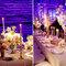 Arreglos de mesa altos para bodas de noche con flores blancas y adornados con velas delgadas y elegantes