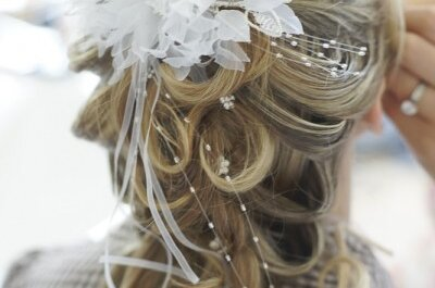 Locker und verspielt: halb hoch gesteckte Brautfrisuren
