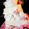 Tarta nupcial de fondant decorada con flores.