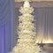 Pastel de bodas en color blanco con pisos adornados con flores