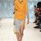 Conjunto de falda y camiseta de algodón en amarillo indio combinado con sandalias turquesa.