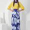 Contraste de colores: Falda larga estampada con top en color llamativo