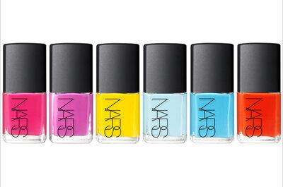 Píntate las uñas de colores brillantes para ir a una boda en verano